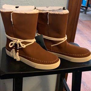 NWT! TOMS Vista Dark Amber Water Resistant Boots